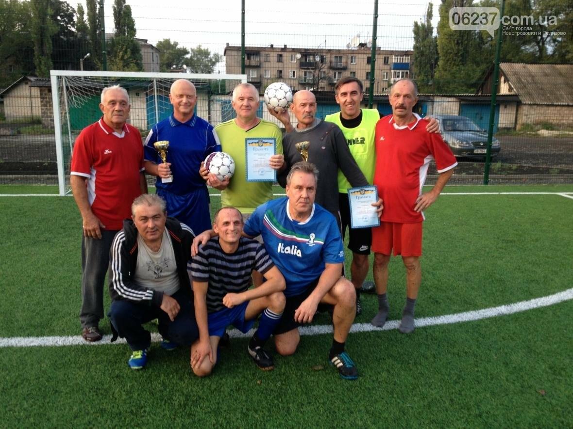 Ентузіасти, які не бажають миритися з віком зустрілись на футбольному полі, фото-1