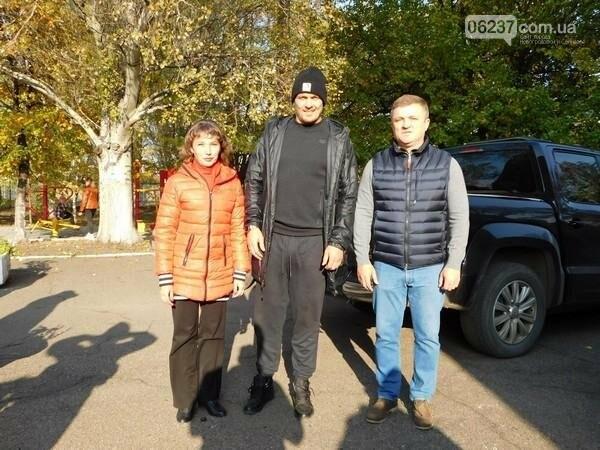 Украинский боксер Александр Усик посетил прифронтовую Марьинку, фото-5