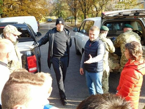 Украинский боксер Александр Усик посетил прифронтовую Марьинку, фото-4