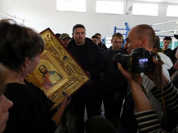 Украинский боксер Александр Усик посетил прифронтовую Марьинку, фото-8