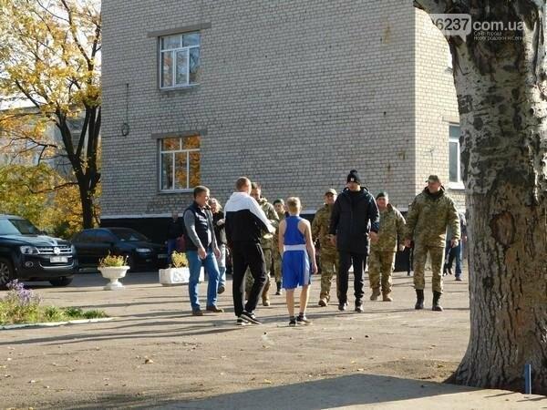 Украинский боксер Александр Усик посетил прифронтовую Марьинку, фото-3