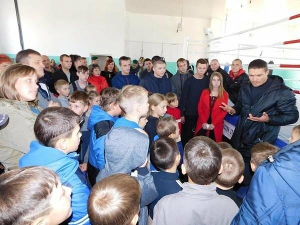 Украинский боксер Александр Усик посетил прифронтовую Марьинку, фото-2
