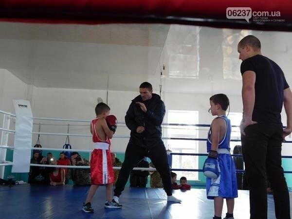 Украинский боксер Александр Усик посетил прифронтовую Марьинку, фото-6