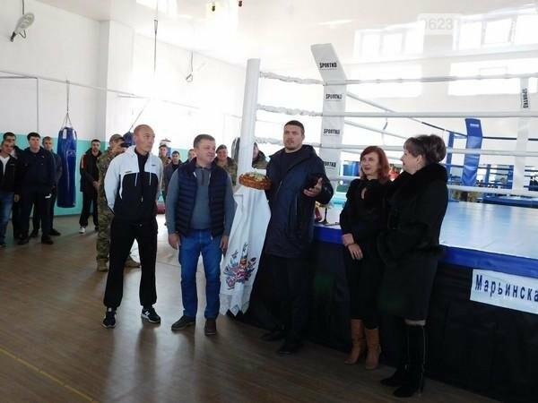 Украинский боксер Александр Усик посетил прифронтовую Марьинку, фото-7