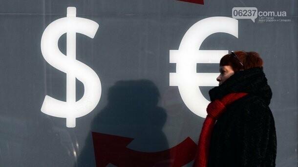 Украинцы стали активно покупать доллары: в НБУ назвали причины, фото-1