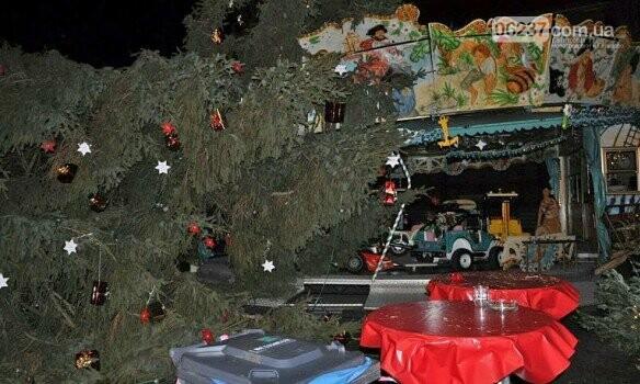 На посетителей рождественской ярмарки в Германии рухнула 15-метровая ель, фото-2