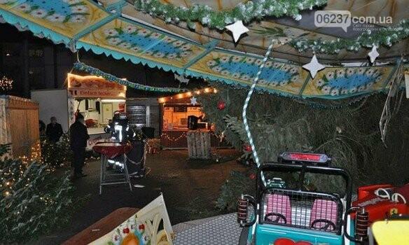 На посетителей рождественской ярмарки в Германии рухнула 15-метровая ель, фото-3