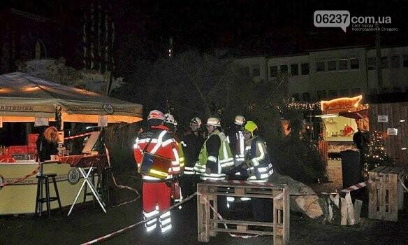 На посетителей рождественской ярмарки в Германии рухнула 15-метровая ель, фото-1