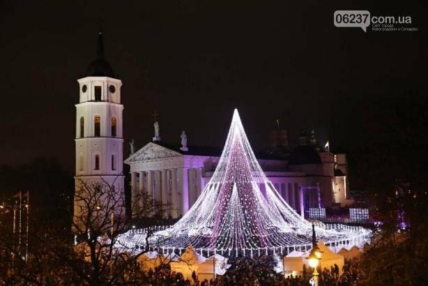 Опубликованы фотографии самой красивой рождественской елки в Европе, фото-2