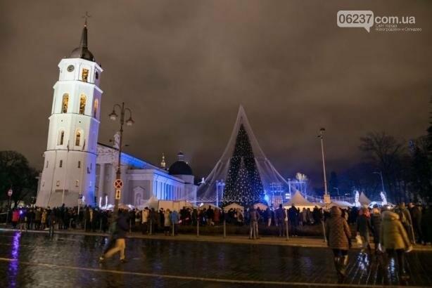 Опубликованы фотографии самой красивой рождественской елки в Европе, фото-5