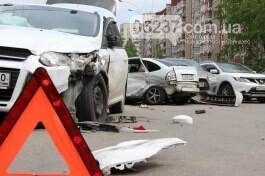 В Харькове автобус въехал в четыре припаркованных машины, пострадавших нет, фото-1