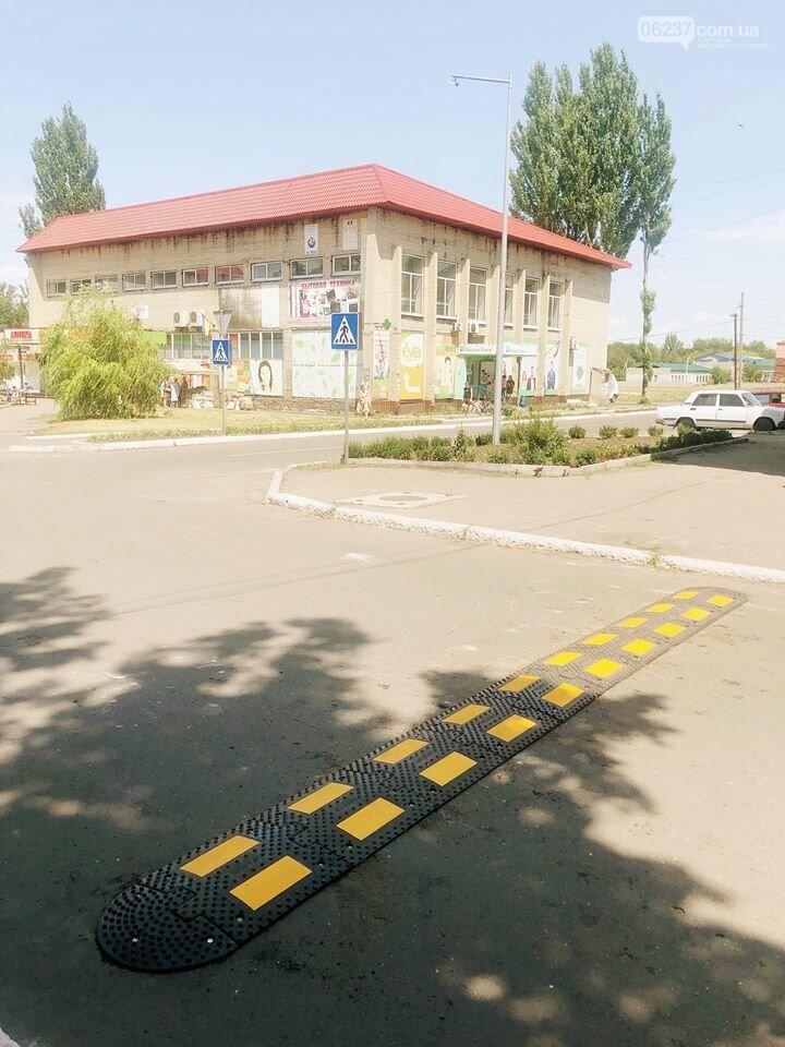 Розпочата робота з встановлення  дорожній знаків та засобів примусового скорочення швидкості «лежачій поліцейський» у місті Новогродівка, фото-2