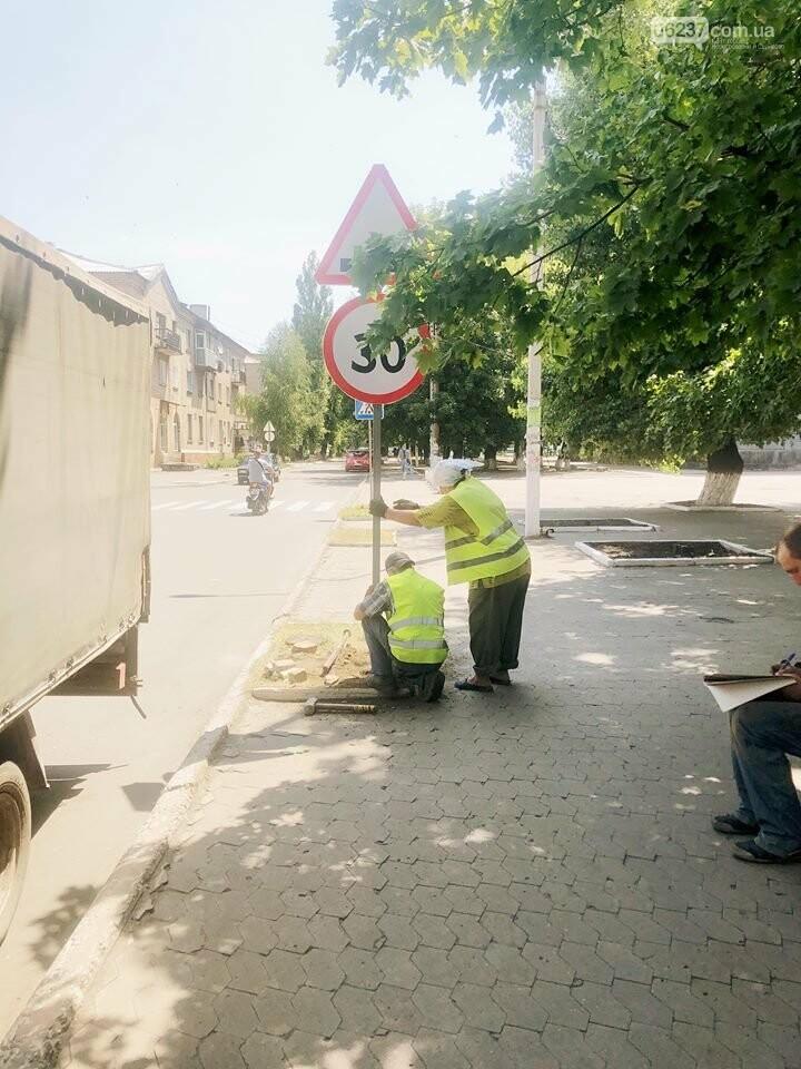 Розпочата робота з встановлення  дорожній знаків та засобів примусового скорочення швидкості «лежачій поліцейський» у місті Новогродівка, фото-3