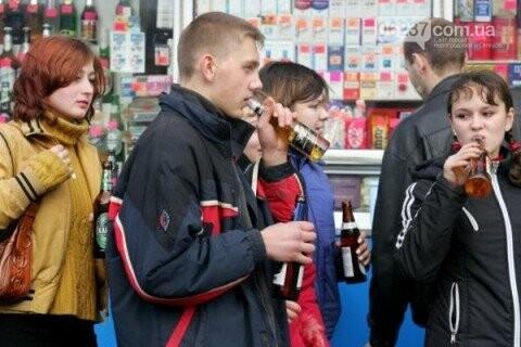 Почти половина подростков Украины пьянствует у кого-то дома - опрос, фото-1