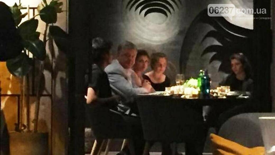 В ресторане с семьей: в соцсети выложили неожиданное фото Порошенко, фото-1