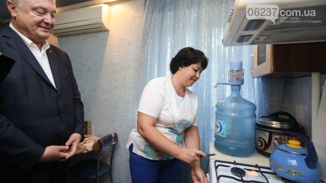 Петр Порошенко проверил наличие газа в квартире жительницы Авдеевки, фото-1