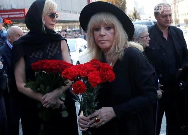 Прощание с Кобзоном: Пугачева шокировала поведением на кладбище, фото-1