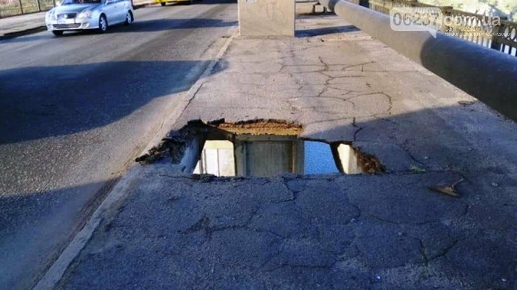 В Запорожье маршрутка с пассажирами провалилась в дыру на мосту, фото-1