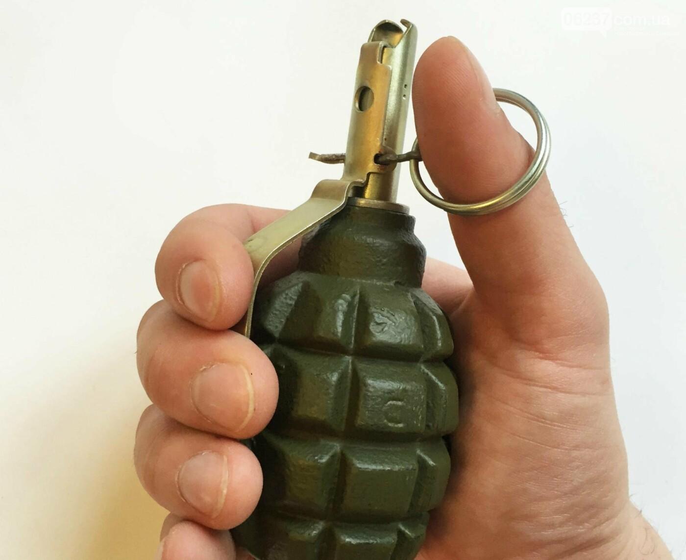 В Запорожской области в общежитии мужчина бросил в 20-летнюю девушку гранату, фото-1