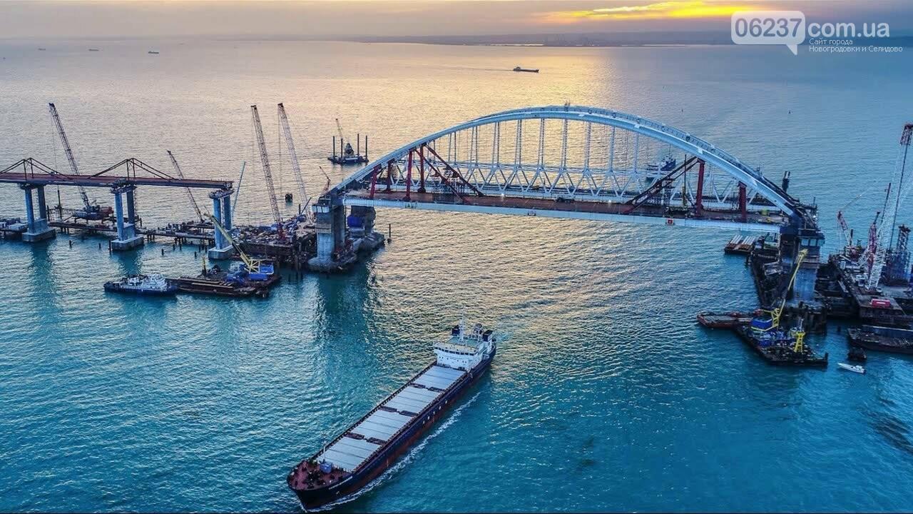 Часть Крымского моста упала в воду, фото-1