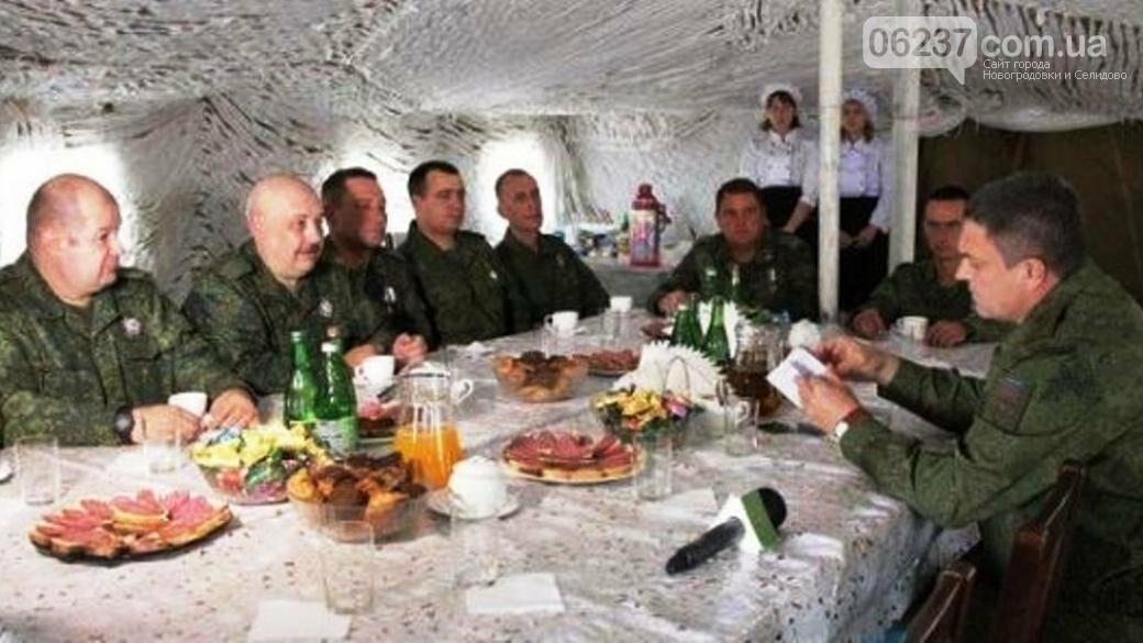 Трогательно и романтично. В соцсети высмеяли фото Пасечника с военными, фото-1