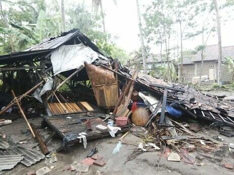 Число жертв цунами в Индонезии возросло до 222, фото-1