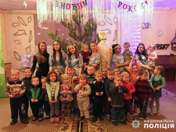 В Украинске будущие полицейские поздравили малышей с новогодними праздниками, фото-1