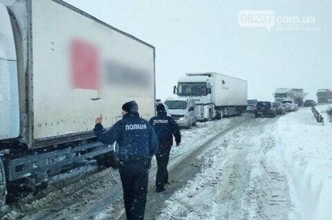 Из-за снегопада в пяти регионах Украины затруднено движение, фото-1