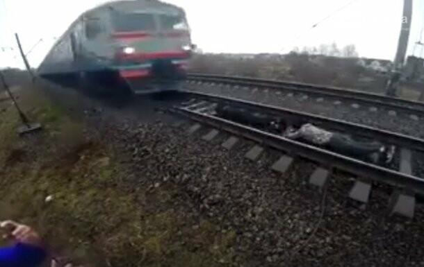 В Ровно подростки ради развлечения легли под движущийся поезд, фото-1