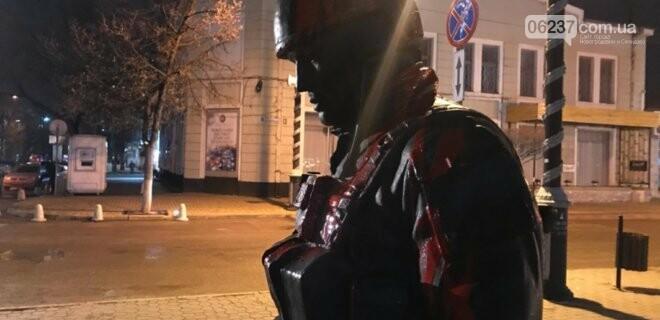 В Крыму облили краской памятник «вежливым людям»: фото, фото-1