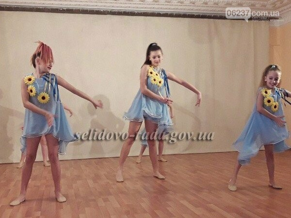 В Селидово посетителям территориального центра подарили праздничный концерт, фото-1