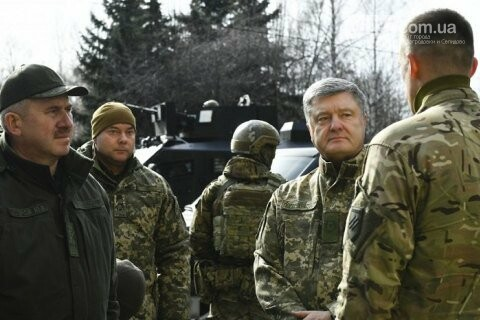 Порошенко побывал на позиции «Азова» на передовой, фото-1