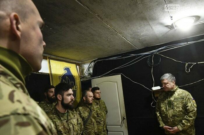 Порошенко побывал на позиции «Азова» на передовой, фото-2