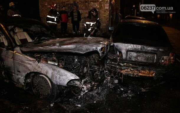 В Киеве во дворе дома горели два авто, фото-1