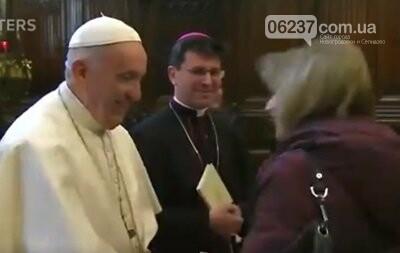 """В Сети обсуждают """"странный"""" поступок Папы Римского, фото-1"""