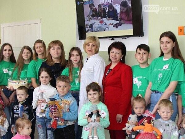 В Селидово посетителям амбулатории дарят подарки, фото-1