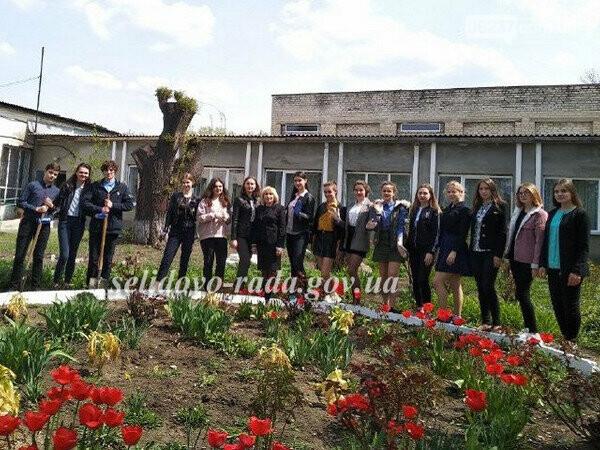 Селидовские гимназисты высадили розы в память о школьных годах, фото-1