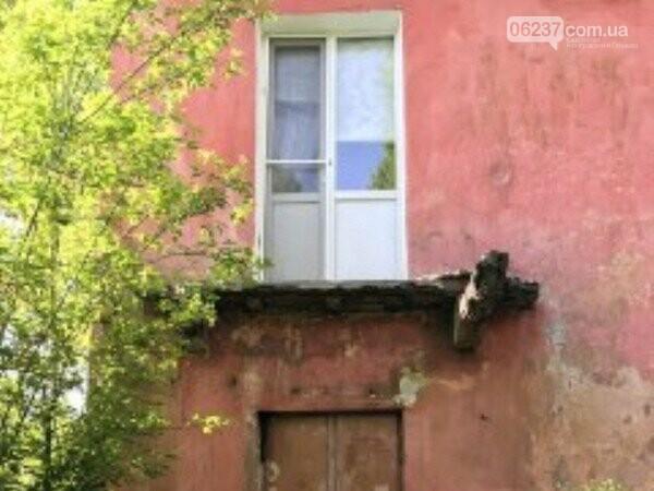В результате обрушения балкона в Украинске женщина получила тяжелые травмы, фото-1