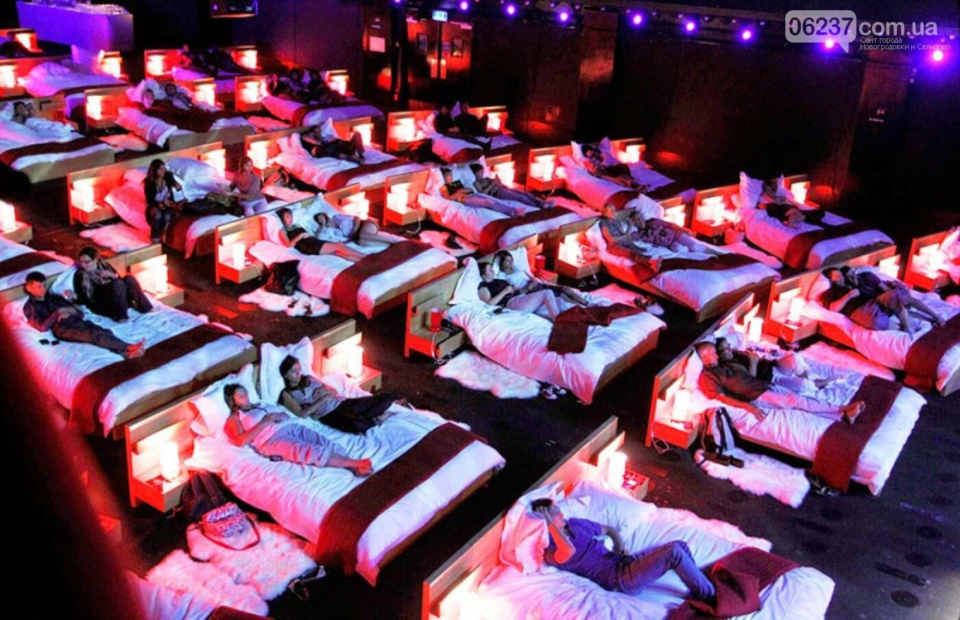 В кинотеатре в Швейцарии установили двуспальные кровати, фото-1