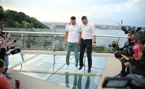 «Мост Кличко» в Киеве сначала открыли, потом закрыли: треснуло стекло, фото-1