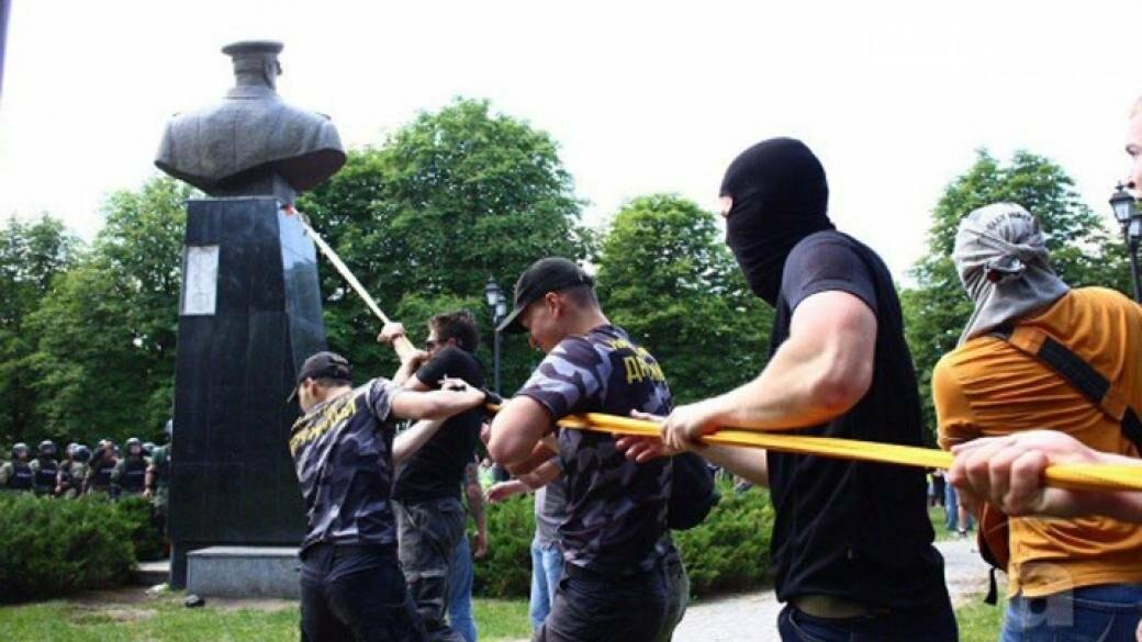 Участники акции протеста в Харькове снесли памятник маршалу Жукову, фото-1