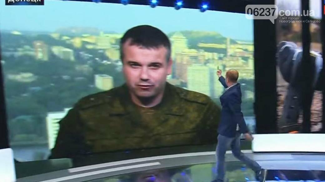 Украинский политолог сделал неприличный жест в эфире программы «60 минут», фото-1