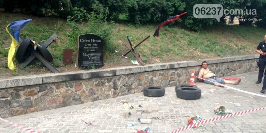 В Киеве злоумышленник разгромил мемориал героя Небесной сотни, фото-1