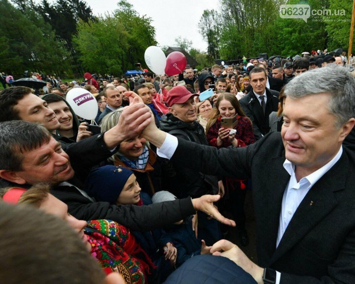 Порошенко в Кременце не давали прохода: экс-президент поразил горожан простым поступком , фото-1