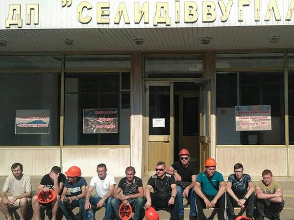 Протестующие шахтеры ГП «Селидовуголь» установили палатку и перекрывают дороги, фото-1