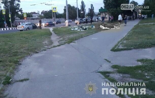 В Харькове авто снесло палатку с агитатором, фото-1