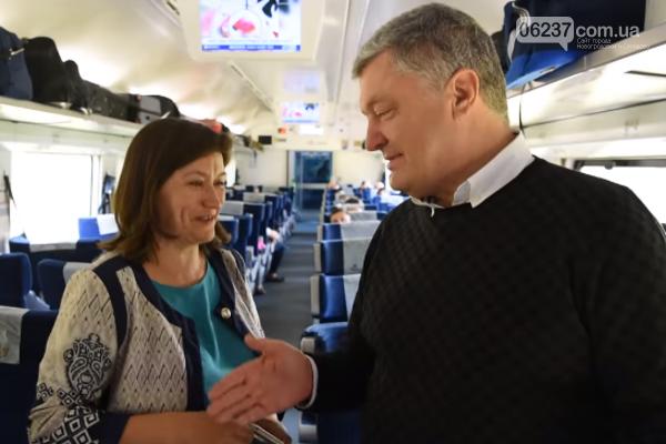 """""""Боритесь!"""" Учительница расплакалась, встретив Порошенко в поезде, фото-1"""