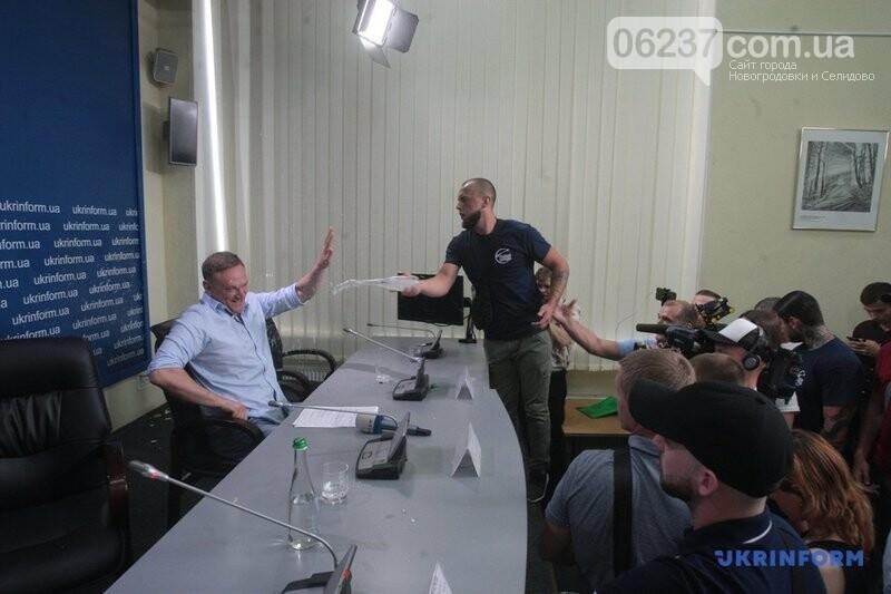 Забросали яйцами и облили водой: в Киеве сорвали пресс-конференцию одиозного мэра Доброполья, фото-1
