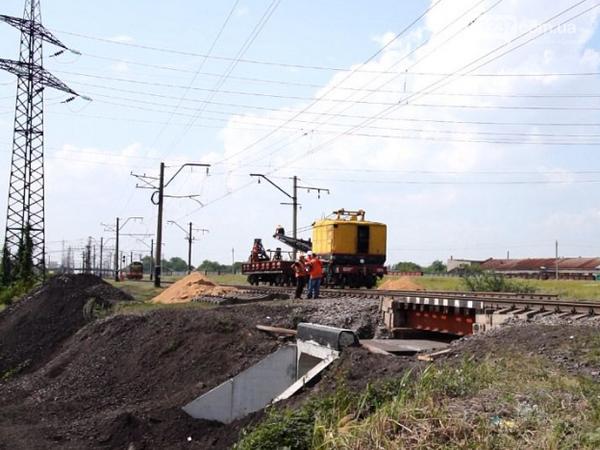На перегоне Покровск - Гродовка восстанавливают взорванный диверсантами мост, фото-1