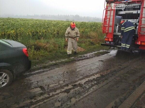 На улицах Селидово автомобили не могут самостоятельно выбраться из грязи, фото-1